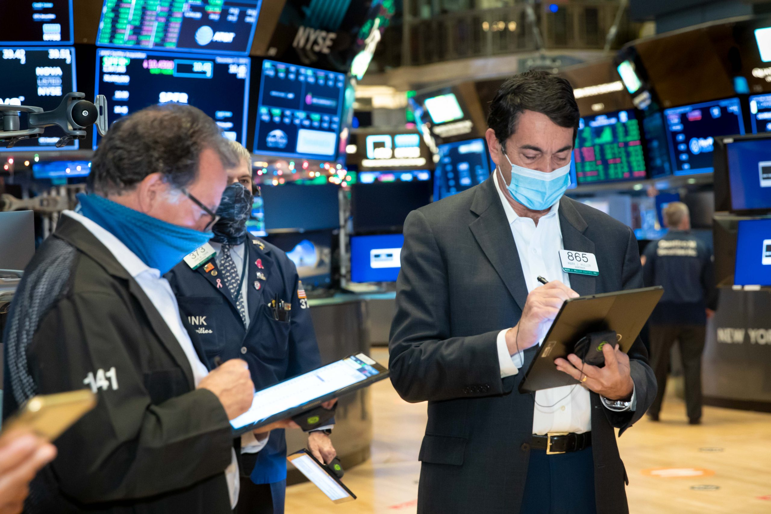 Dow falls for a third day as stimulus deal remains unresolved