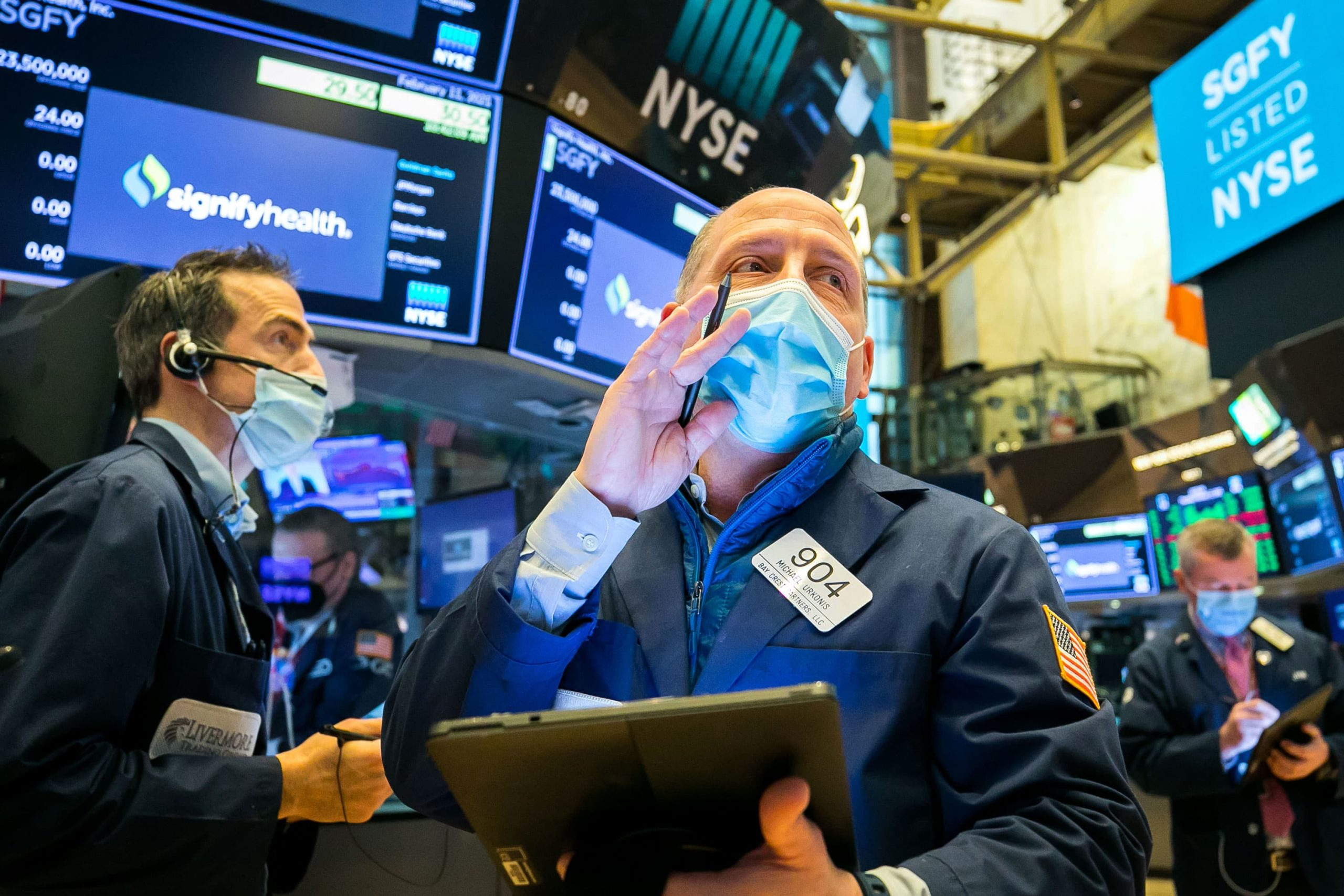 S&P 500 jumps 1.5% Friday as Big Tech rebounds, but still posts a weekly loss