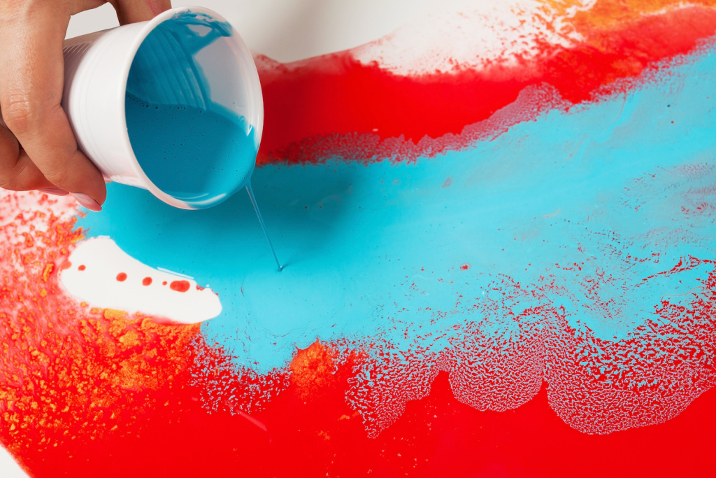 The Best Pouring Paints and Sets for Experimenting with a Freewheeling Technique