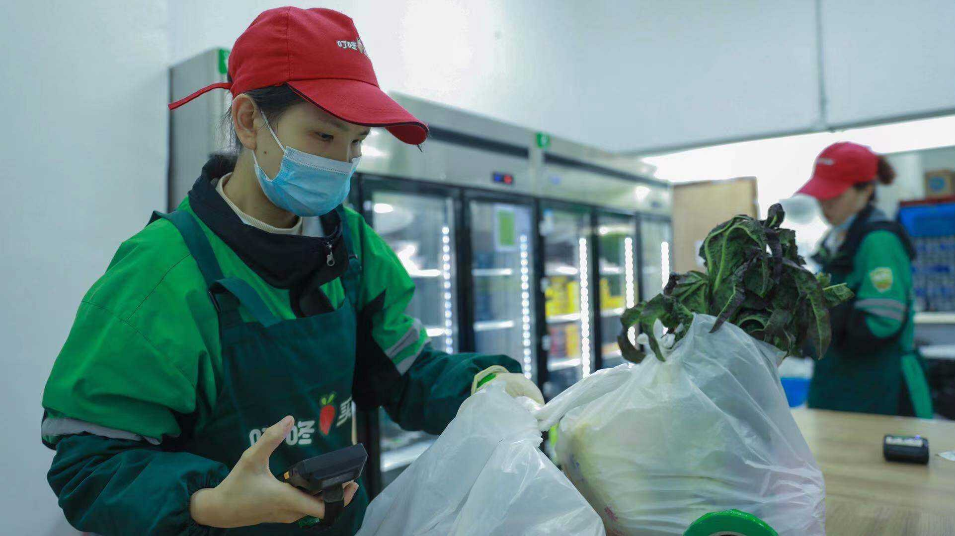 SoftBank-backed Chinese grocery delivery company clings to gains after slashing IPO size